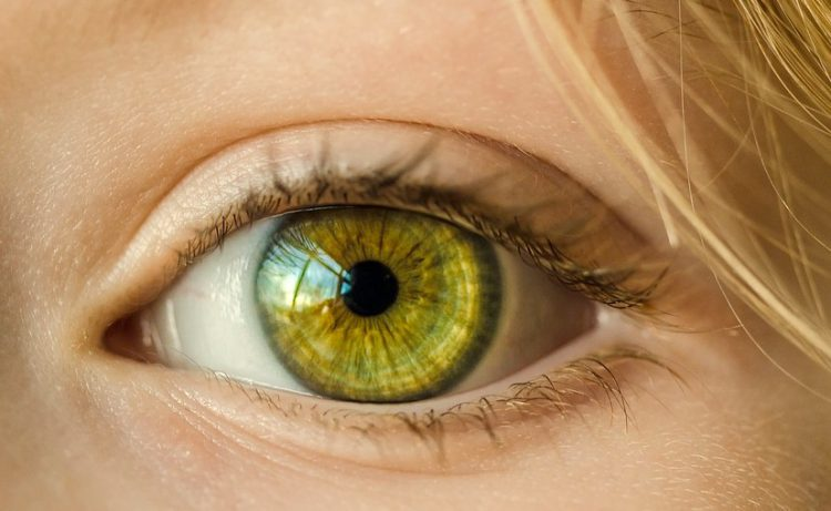Soczewki kontaktowe - jak łagodzić podrażnienia oczu?